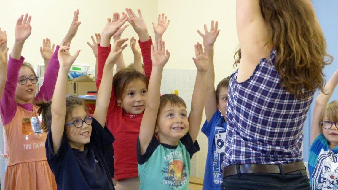 Les avantages pour les jeunes étudiants de participer au théâtre à l'école